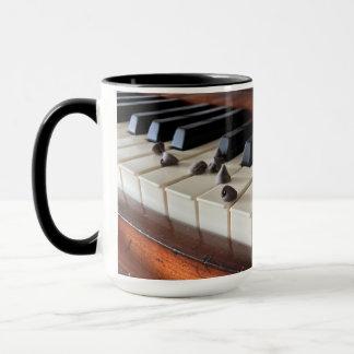 Llaves del piano y taza de los microprocesadores
