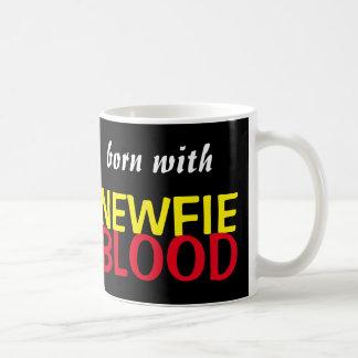 Llevado con la taza de la sangre de Newfie