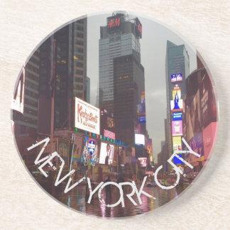 Lluvia de las señales de neón del Times Square NYC Posavasos De Arenisca