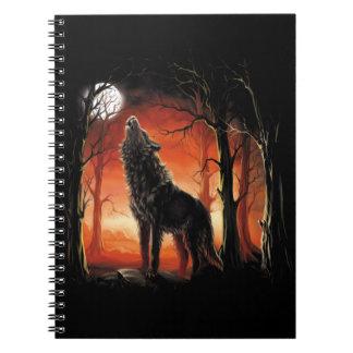 Lobo del grito en el cuaderno de la puesta del sol