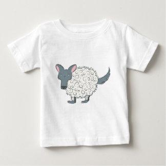 Lobo extraño del dibujo animado en la piel de la camiseta de bebé