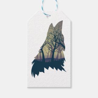 Lobo que grita con el bosque etiquetas para regalos