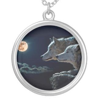 Lobos del lobo que gritan en la Luna Llena Collar Plateado