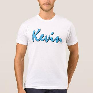 Logotipo azul de Kevin en la camiseta blanca