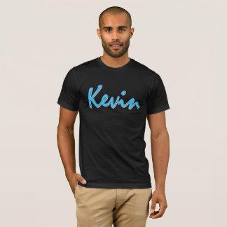Logotipo azul de Kevin en la camiseta negra