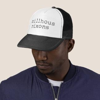 Logotipo negro en el gorra del camionero
