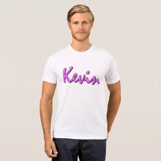 Logotipo rosado de Kevin en la camiseta del cuello