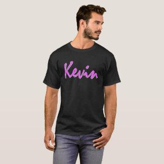 Logotipo rosado de Kevin en la camiseta negra