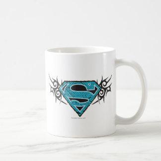 Logotipo tribal del modelo de Supergirl Taza Básica Blanca