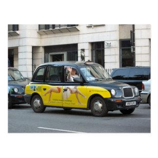Londres taxi con la publicidad en los lados postales