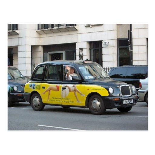 Londres, taxi con la publicidad en los lados postales
