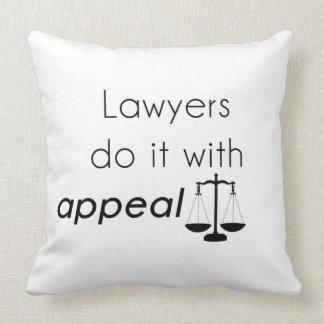 Los abogados lo hacen con cojín decorativo