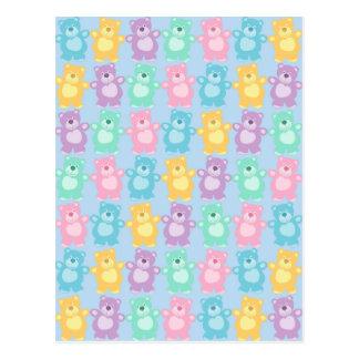 Los alegres osos bailarines de colores fondo azul postal
