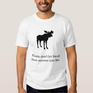 Los amigos no dejan a amigos lanzar alces en fans camiseta