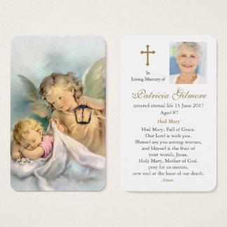 Los ángeles del rezo de dios fúnebre de la tarjeta