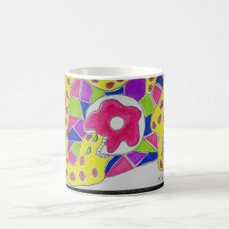 Los anillos de espuma hacen que ella va las nueces taza de café