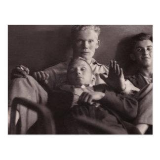 Los años 30 tempranos: Hombres jovenes en la cama  Postal