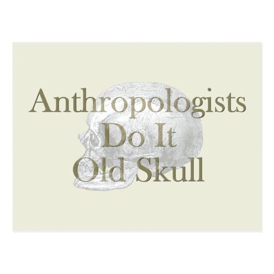 Los antropólogos lo hacen cráneo viejo postal