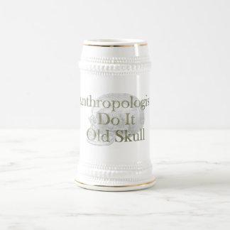 Los antropólogos lo hacen cráneo viejo jarra de cerveza