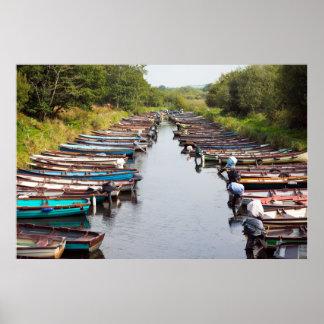 los barcos de rowing amarraron cerca del castillo póster