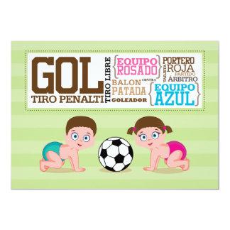 Los bebés que juegan género del fútbol revelan invitación 12,7 x 17,8 cm
