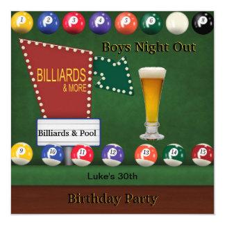 Los billares reúnen sirven la cerveza de la noche invitación 13,3 cm x 13,3cm