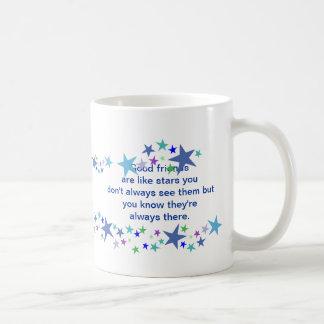 Los buenos amigos son como cita de la diversión de taza básica blanca