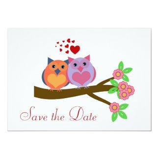 Los búhos en amor ahorran la invitación de la