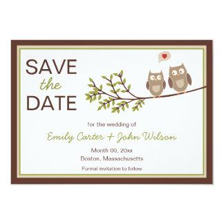 Los búhos lindos ahorran la invitación de la fecha