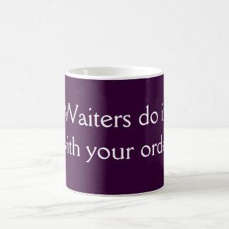 Los camareros lo hacen taza básica blanca