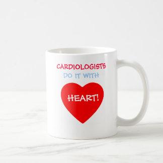Los cardiólogos lo hacen con el corazón divertido taza clásica
