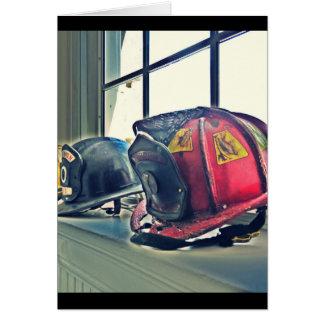 Los cascos jubilados del fuego alinean el tarjeta de felicitación