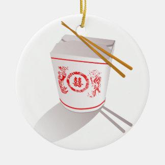 Los chinos sacan la caja de la comida con los adorno redondo de cerámica