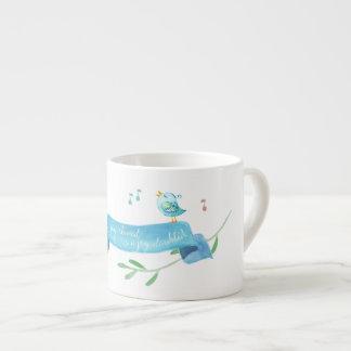 Los chirridos azules comparten su alegría taza de espresso