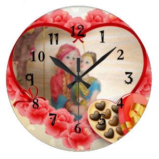 Los chocolates preciosos del corazón ahorran la reloj redondo grande
