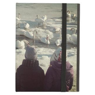 Los cisnes graciosos en el iPad congelado de