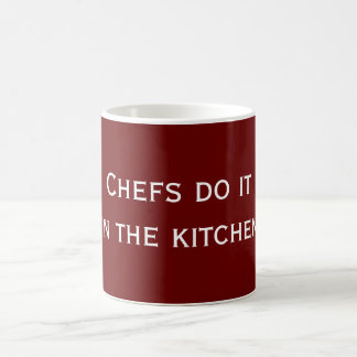Los cocineros lo hacen taza básica blanca
