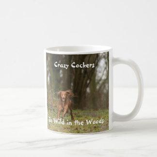 Los cocker locos van salvajes en las maderas taza de café