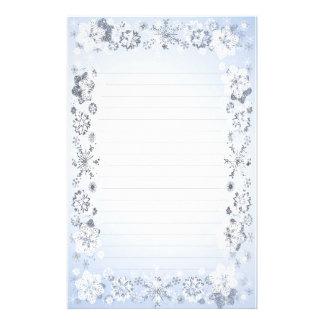 Los copos de nieve alinearon el papel de escribir