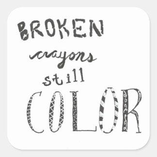 Los creyones quebrados todavía colorean pegatina cuadrada