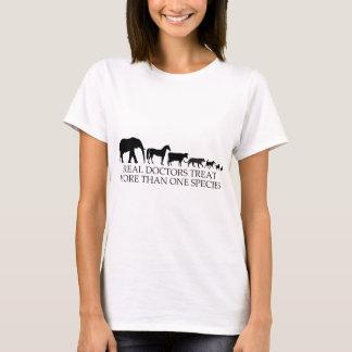 Los doctores reales (veterinarios) tratan más de camiseta