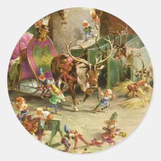 Los duendes de Santa alistan su trineo y reno Pegatina Redonda