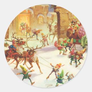 Los duendes y el su reno de Santa en el Polo Norte Pegatina Redonda