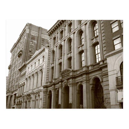 Los edificios en sepia entonan las postales