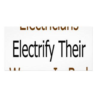 Los electricistas electrifican a su mujer en cama plantilla para tarjeta de foto