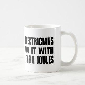 Los electricistas lo hacen con sus julios taza básica blanca