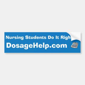 Los estudiantes del oficio de enfermera endereza a etiqueta de parachoque