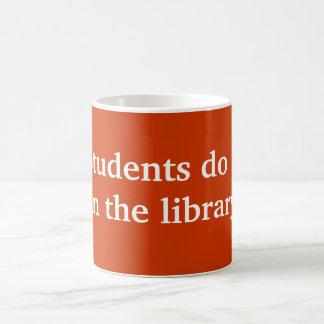 Los estudiantes lo hacen taza básica blanca