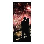 Los fuegos artificiales juntan besar la silueta lona