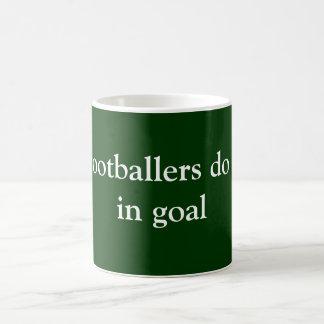 Los futbolistas lo hacen taza básica blanca
